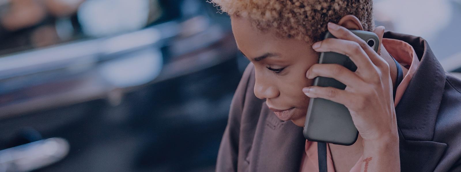 Kvinde taler i telefon med callcenter